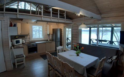 Stalas-sofa-ežeras-virtuvė